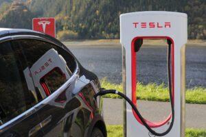 Tesla invierte en supercargadores